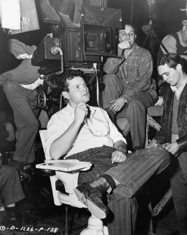 Orson_Welles_on_set_of_Lady_from_Shanghai_1948.jpg