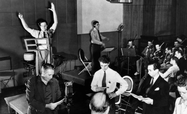 Orson_Welles_Mercury-Theatre-Radio-Rehearsal-1938.jpg